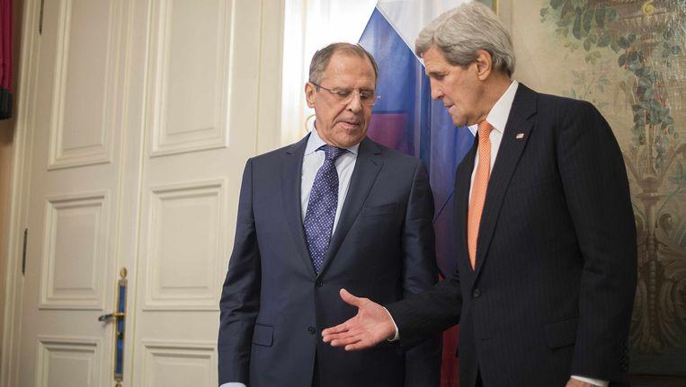 Russisch minister van Buitenlandse Zaken Sergej Lavrov en Amerikaans staatssecretaris John Kerry bij aanvang van de conferentie in München.