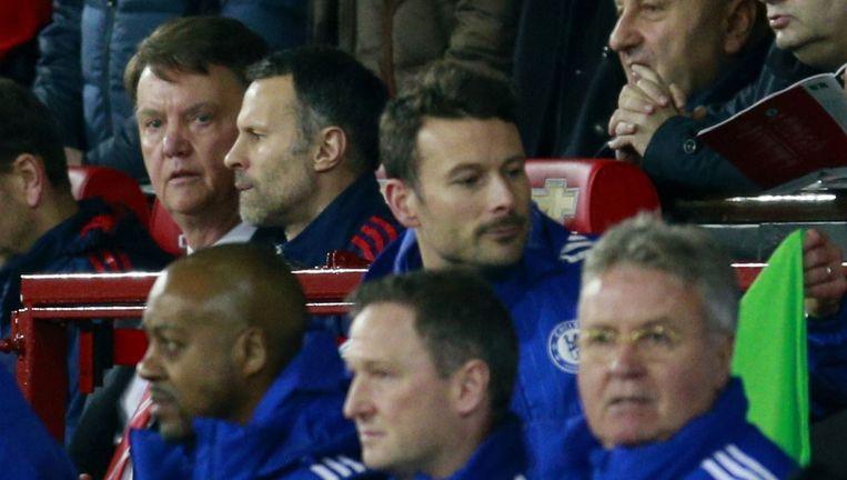Louis van Gaal (L) en Guus Hiddink tijdens de wedstrijd Manchester United tegen Chelsea. Beeld null