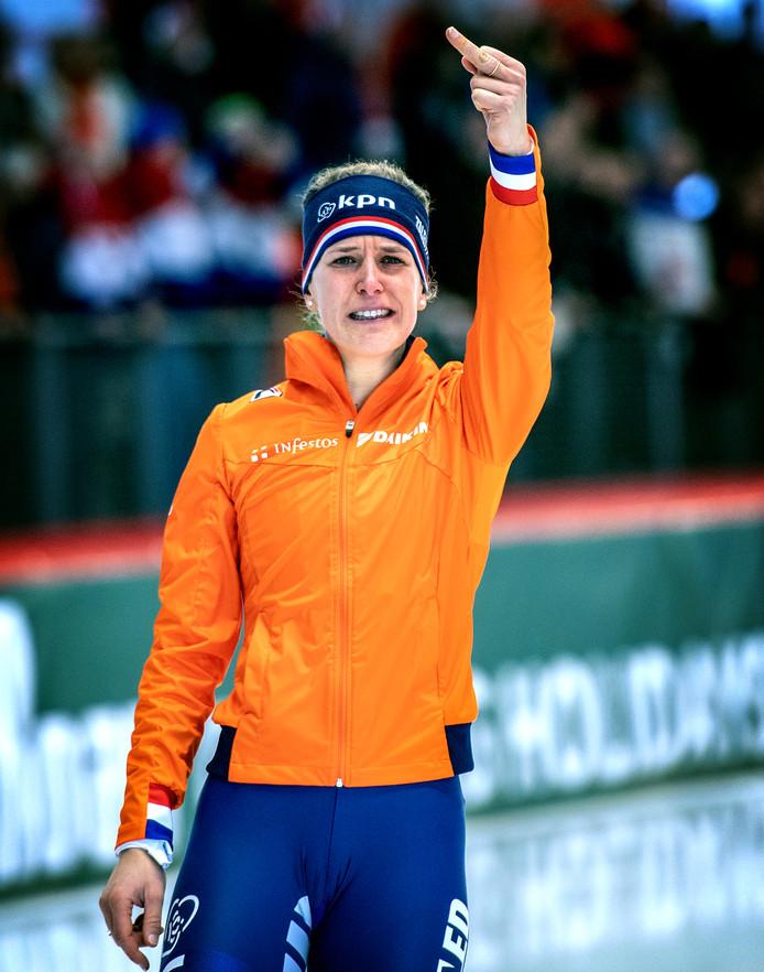 Ireen Wüst toont haar middelvinger nadat ze een WK-titel pakt, een maand na de dood van Paulien van Deutekom
