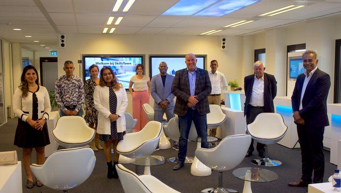 Ashna Hoelasie, Preshand Baldew, Lotte Evers, Mellisa Santokhi-Seenacherry, Remy van Beek, Roué Verveer, Hans Schuurmans, Radjis Dharmlall, Kasper Boon en Prekash Ramsingh (van links naar rechts).