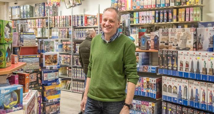 Eigenaar Robert Petersen in de supergrote speelgoedzaak op het Eiland.