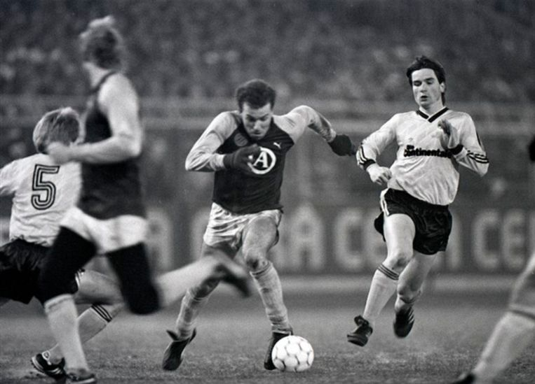 Ronny Rosenthal in 1987 in actie tegen Dortmund.