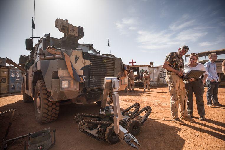 Minister Ank Bijleveld van defensie tijdens een bezoek aan Mali, waar 250 Nederlandse militairen meedoen aan een VN-missie. Beeld ANP