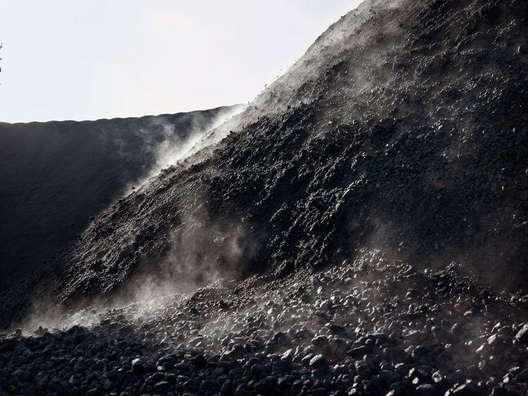 Jaarlijks verstookte de Hemweg centrale 1,2 miljoen ton kolen. In de 25 jaar die de centrale in bedrijf is geweest, was dat ongeveer de hoeveelheid 300 vrachtschepen. Dat lijkt niet veel, maar bij elkaar zouden ze een schip vormen van ruim 75 kilometer lang. Beeld Henk Wildschut