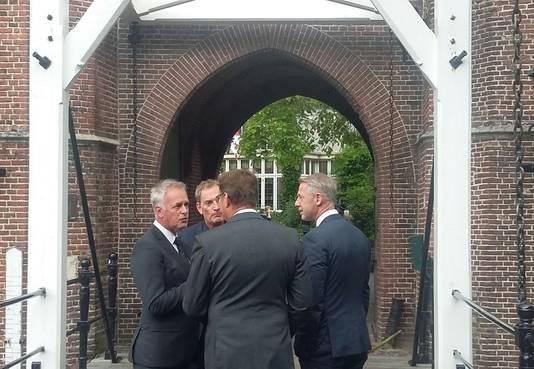 Albert Verlinde en Onno Hoes arriveren bij kasteel Maurick.