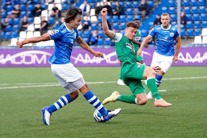 Julius Bliek zet een sliding in tegen Mats Deijl van FC Den Bosch.