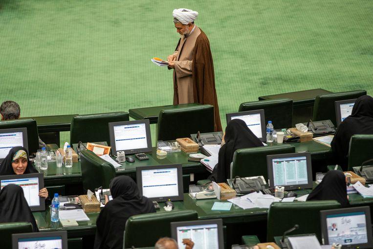 Iraanse parlementariërs tijdens een plenaire vergadering van het nationale parlement. Beeld Reuters/Nazanin Tabatabaee