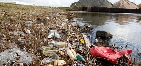 Plastic soep bedreigt ook rivieroevers Maas en Waal