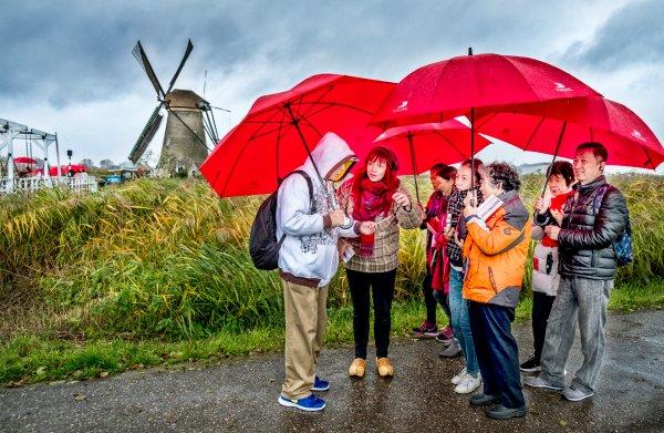 Bewoners molens van Kinderdijk: 'De toeristen zijn belangrijk, maar het worden er veel te veel'
