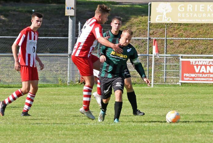 Rowan Ritico, trainer/speler van Aardenburg (rechts), was twee keer trefzeker in het doelpuntrijke duel met Corn Boys.