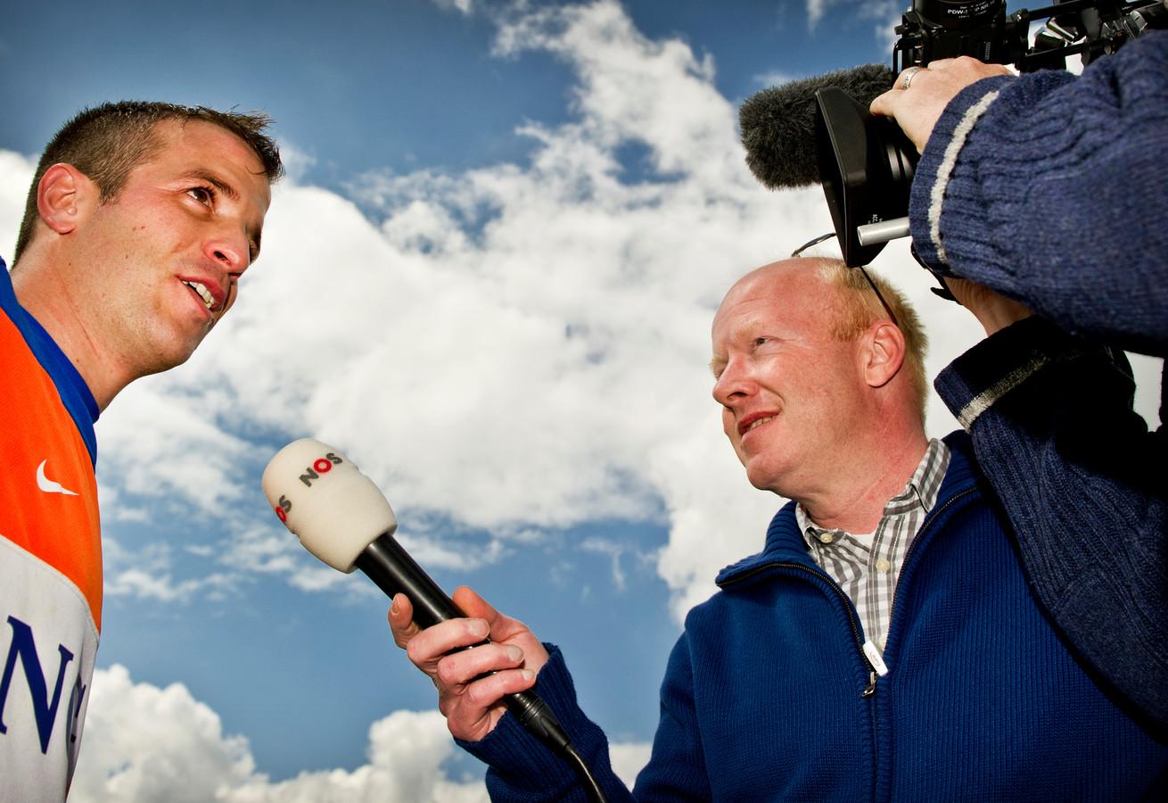 NOS verslaggever Bert Maalderink in gesprek met Rafael van der Vaart tijdens de training van het Nederlands elftal in het Oostenrijkse Seefeld.