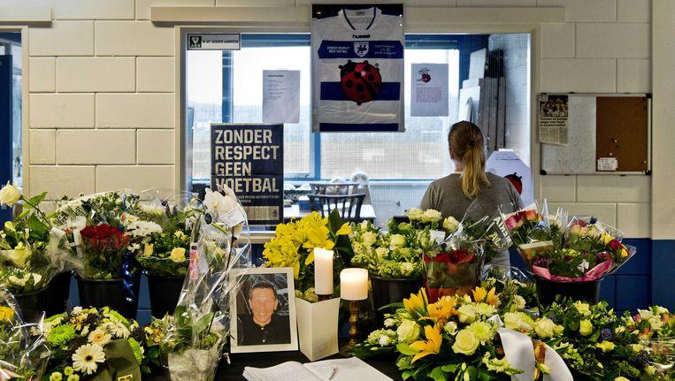 Bloemen ter nagedachtenis aan grensrechter Richard Nieuwenhuizen, december 2012. Beeld ANP