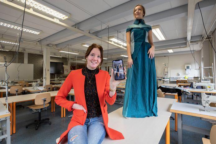 Janne Heijkers (links) laat de app zien. Rechts van haar toont model Zoë van den Nieuwenhuijzen een ontwerp van Janne.