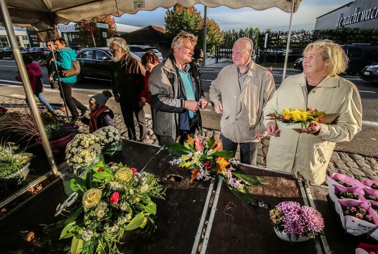 Een Facebookgroep riep op om massaal bloemen te kopen aan de standen van Ghislain en zijn collega's.