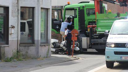 Vrachtwagenchauffeur rijdt politiemotard onderuit