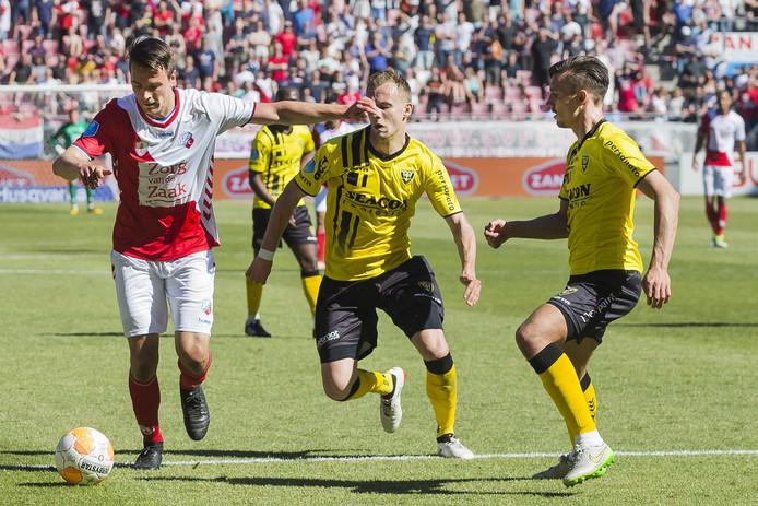 Lukas Görtler snelt in het nieuwe tenue van FC Utrecht langs Lennart Thy en Moreno Rutten van VVV.