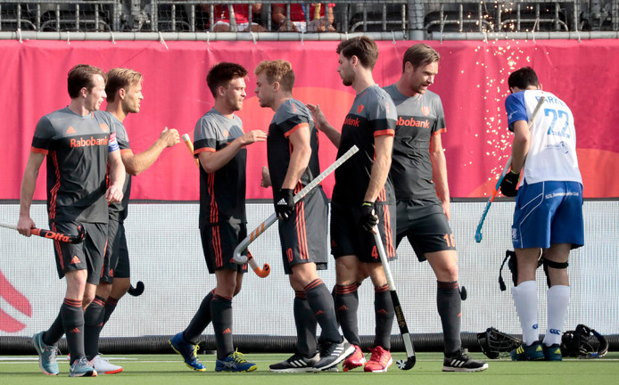 Oranje bejubelt de treffer van Thierry Brinkman (tweede van links).