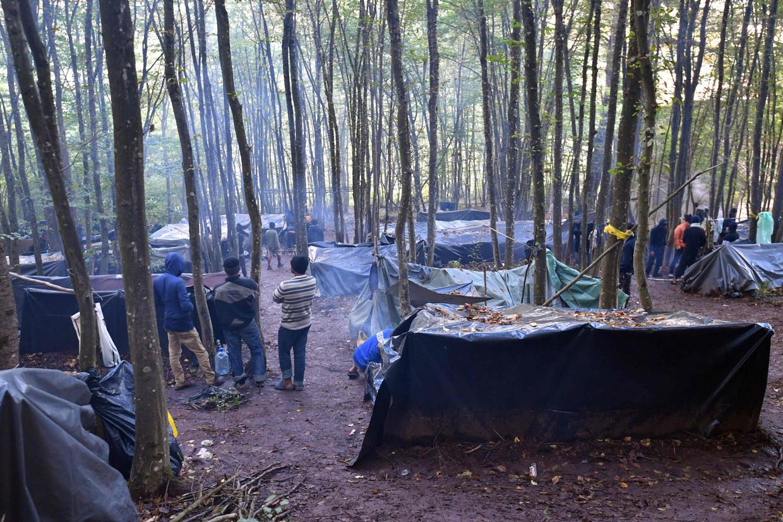 Migranten uit Bangladesh, onderweg naar Kroatië, zijn gestrand in het noordwesten van Bosnië.