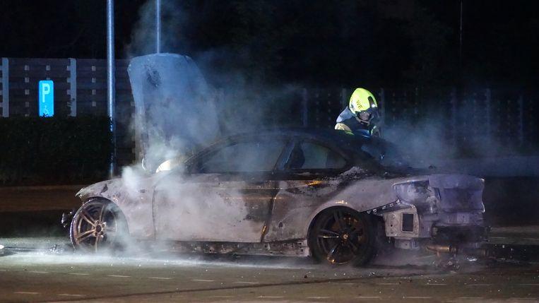 De BMW op de parking van Aldi brandde volledig uit.