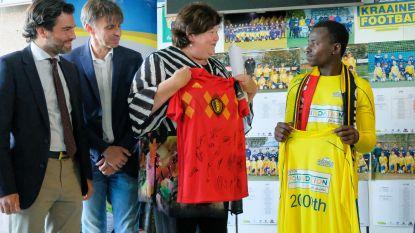 """Kraainem Football Club ontvangt 2.000ste vluchteling: """"Dienen als voorbeeld voor heel België"""""""