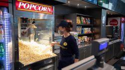 Door mondmaskerplicht geen popcorn meer in cinema?