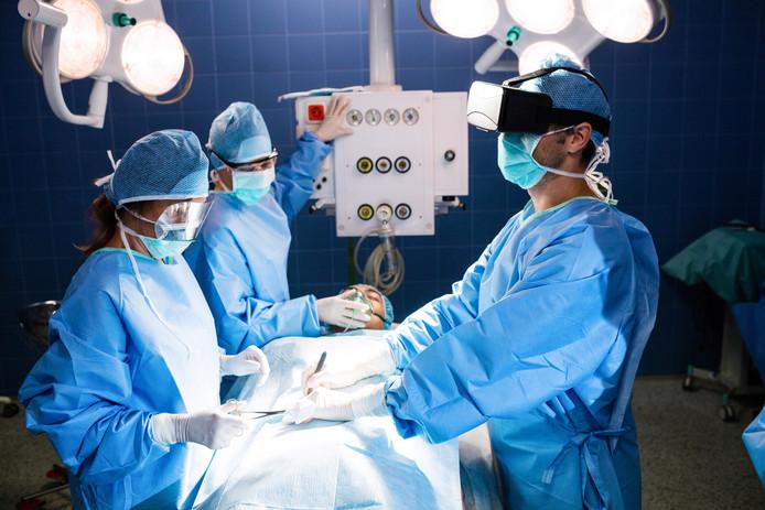 Het VUmc en AMC denken dat dankzij virtual reality de opleidingstijd voor chirurgen ingekort kan worden.
