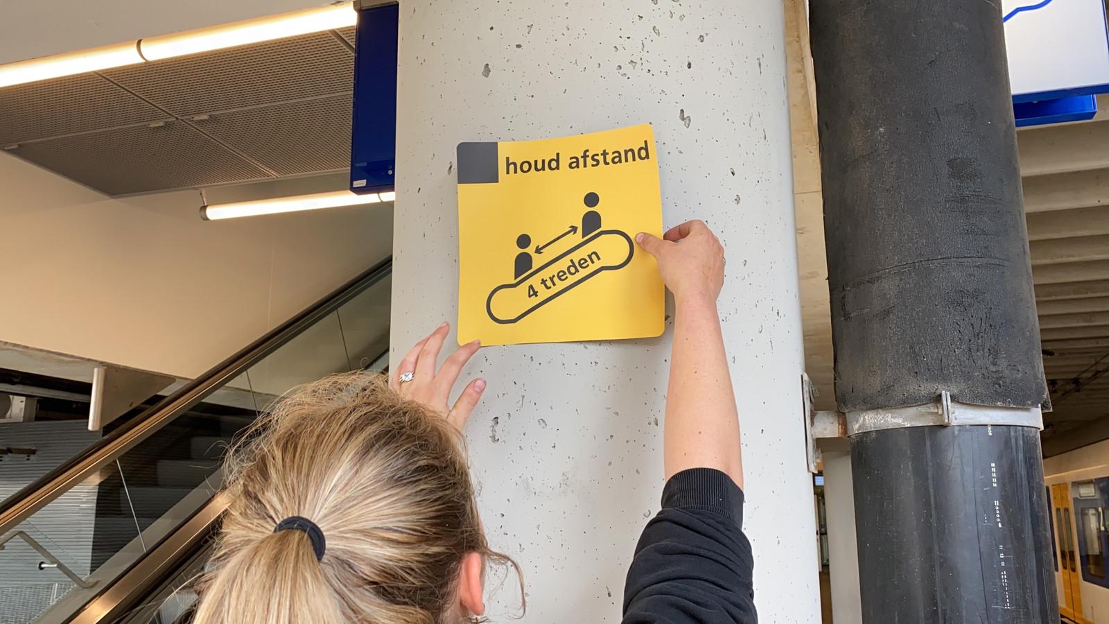 NS hoopt dat stickers en richtlijnen voldoende zijn voor reizigers om de anderhalve meter na te leven.