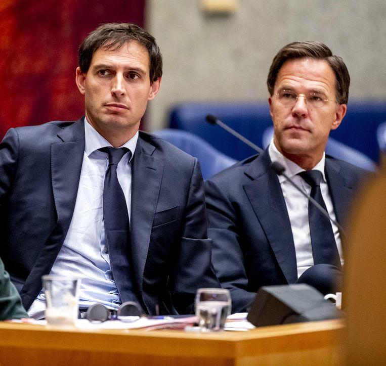 Minister Wopke Hoekstra en Mark Rutte krijgen kritiek op hun 'starre houding'. Beeld ANP