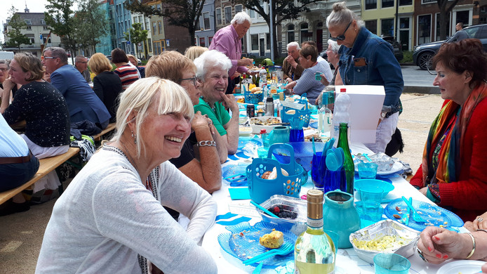 Riet Haas (l) geniet tijdens de stadspicknick op het Bellamypark in Vlissingen