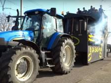 Carnavalsvierders door afgebroken balk van praalwagen gevallen