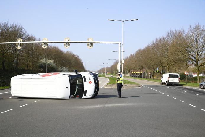 Busje op z'n kant op de IJsselallee in Zwolle