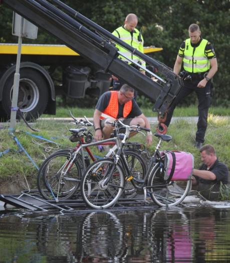 Dubbel pech voor vakantiegangers: vouwwagen schiet los én belandt in het water bij Meppel
