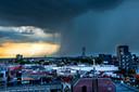 De wolkbreuk vrijdagavond laat boven het centrum van Tilburg.