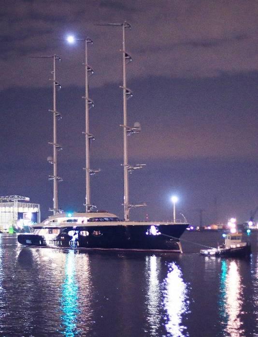 Het 106 meter lange mega-zeilschip Y712 is in Rotterdam gearriveerd