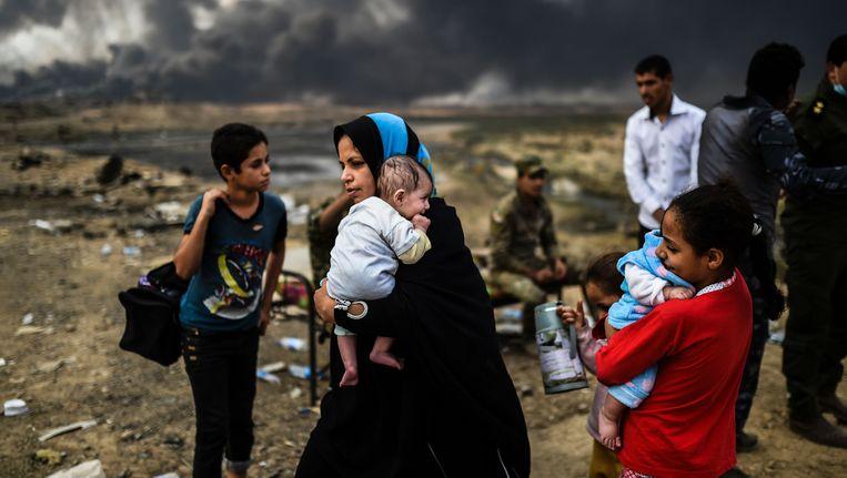 Iraakse families op de vlucht voor het geweld rondom Mosul. Beeld afp