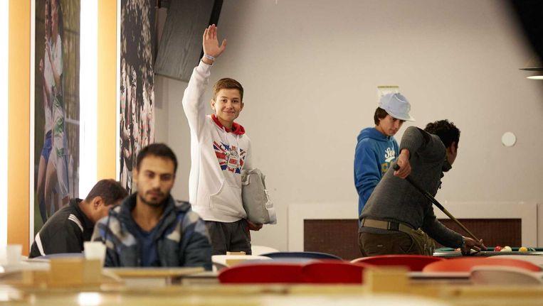 Vluchtelingen in het sportcentrum van de Erasmus universiteit. Beeld anp