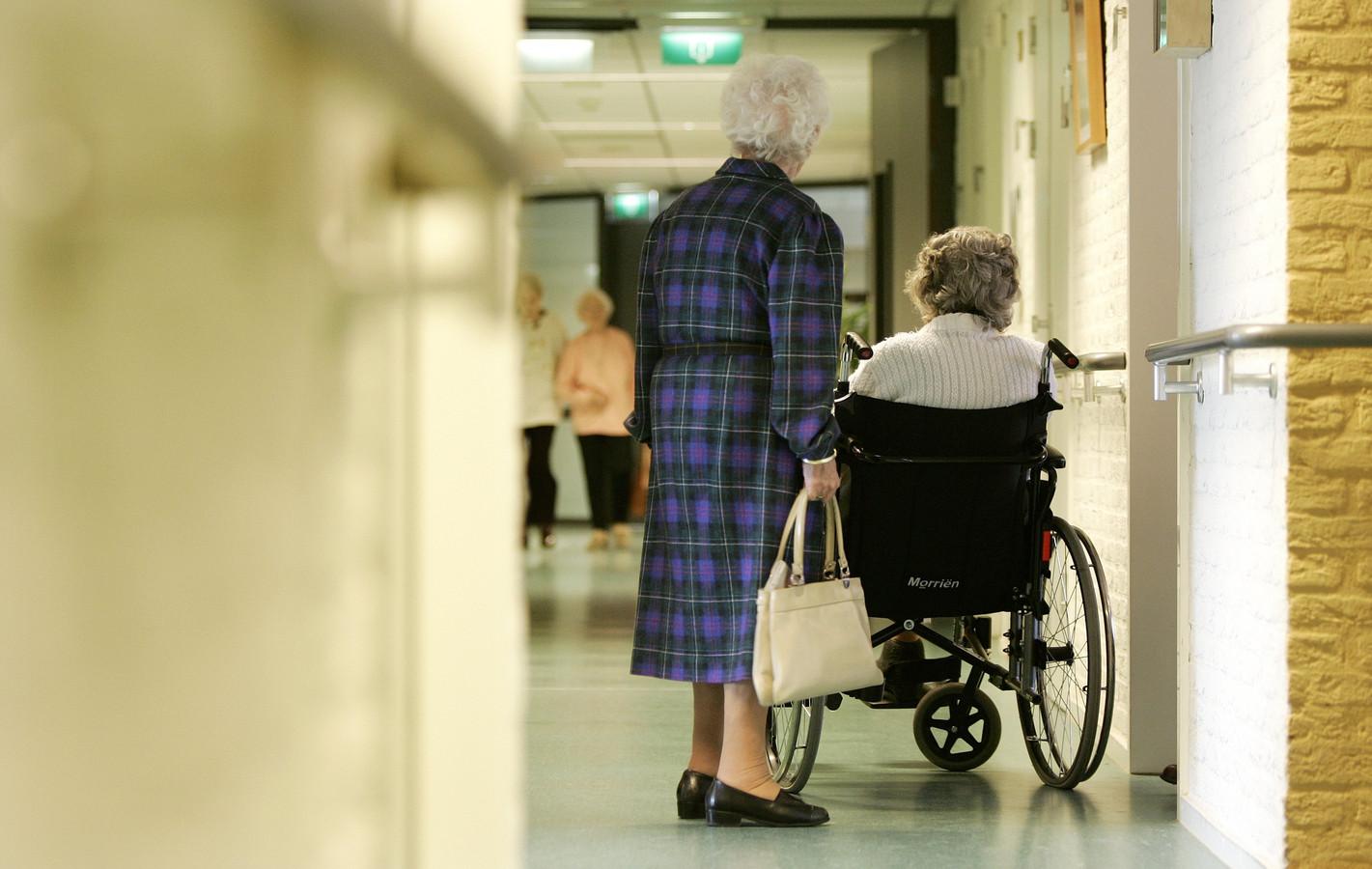 Huisartsen en medisch specialisten vinden dat de ouderenzorg in West-Brabant 'dichtslibt'.