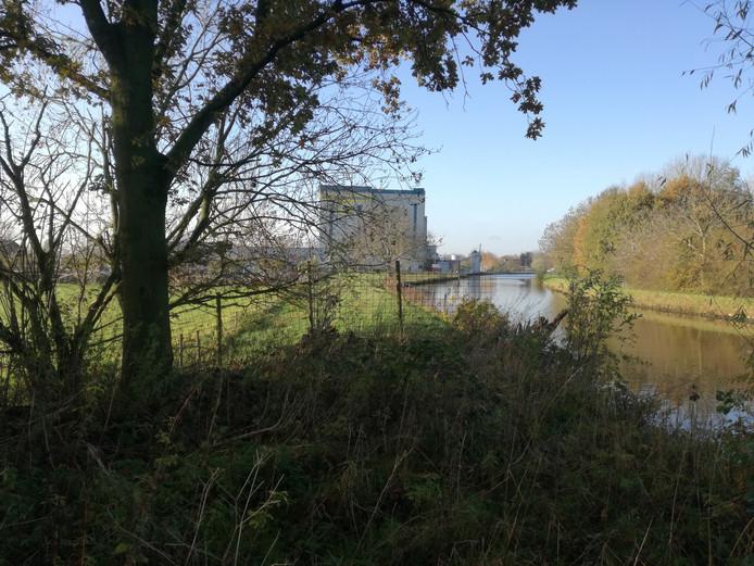 Op de voorgrond de beboste grondwal vlakbij Welkoop, een van de restanten van de Goejanverwelle schans langs de Hollandsche IJssel.