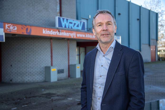 Pastor Arjan Dam (VEZ) voor de huidige ingang van de WRZV-(sport)hallen. Op termijn moet de ingang aan de andere kant van het gebouw komen.