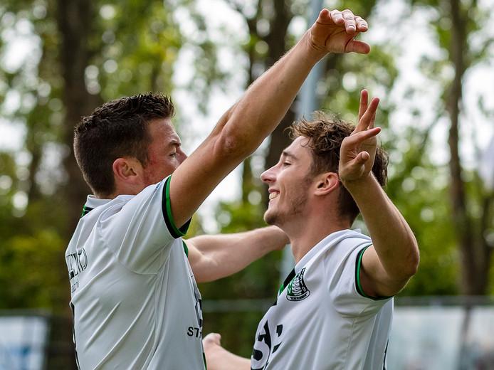 Tim Peters (links) en Rowdy van der Putten vieren samen één van de twee treffers tegen Rijnsburgse Boys. Ze konden dit seizoen in totaal pas drie keer juichen.
