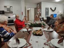 Zo wordt kerst in coronatijd gevierd in Twentse verzorgingshuizen: 'Een servetje en een liedje kan al heel veel doen'