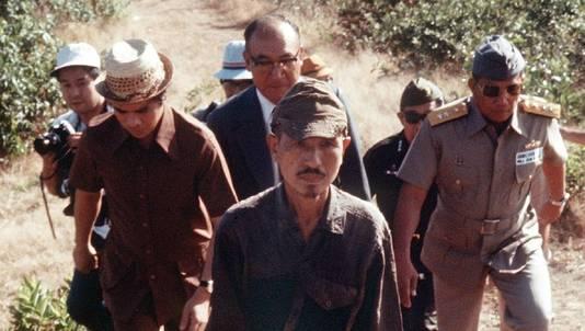 Archieffoto uit 1976 waarop Hiroo Onoda te zien is terwijl hij uit de jungle loopt waar hij 29 jaar na het einde van de Tweede Wereldoorlog zijn guerillastrijd voortzette