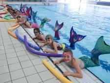 Kleine zeemeerminnetjes zwemmen als dolfijnen