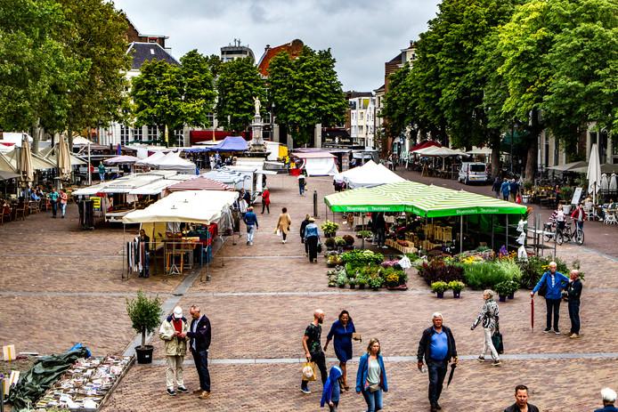 Een beeld van de zaterdagmarkt op de Brink in Deventer. Her en der zijn er 'gaten' omdat marktkooplui er niet zijn.