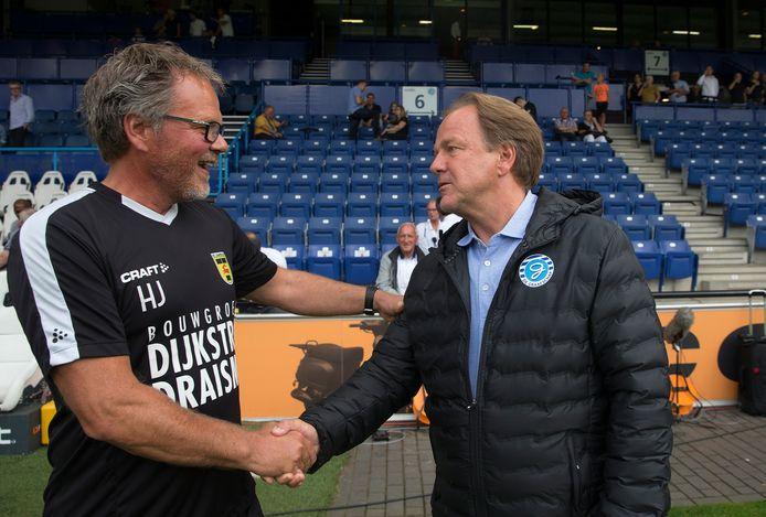 9 augustus 2019: De Graafschap-trainer Mike Snoei (rechts) en zijn collega Henk de Jong van Cambuur schudden elkaar de hand.