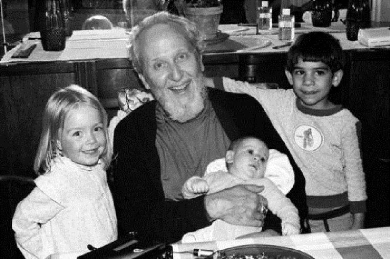 David Berg met enkele kinderen.