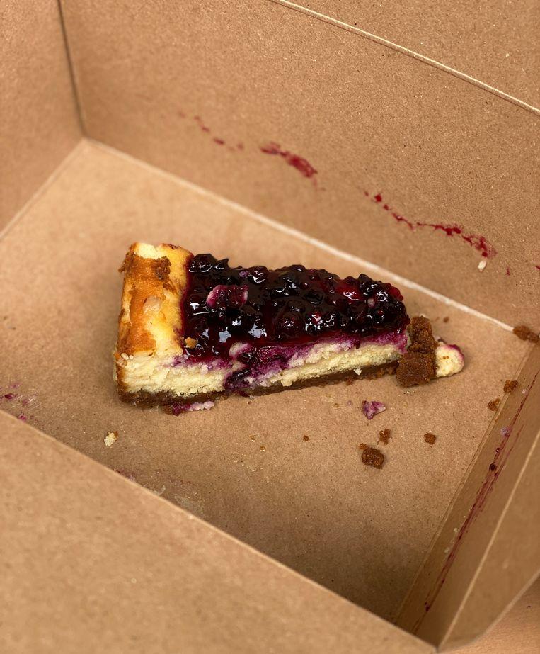 De smaak van de cheesecake is hemels.  Beeld Monique Van Loon