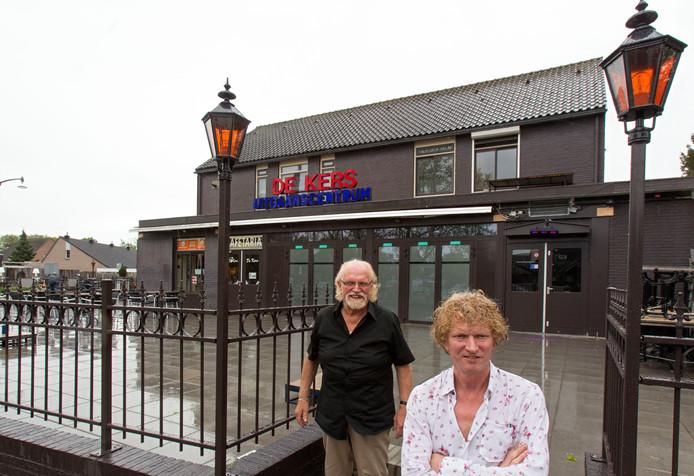 John Schellekens en vader Janus op het nieuwe terras voor uitgaanscentrum De Kers.