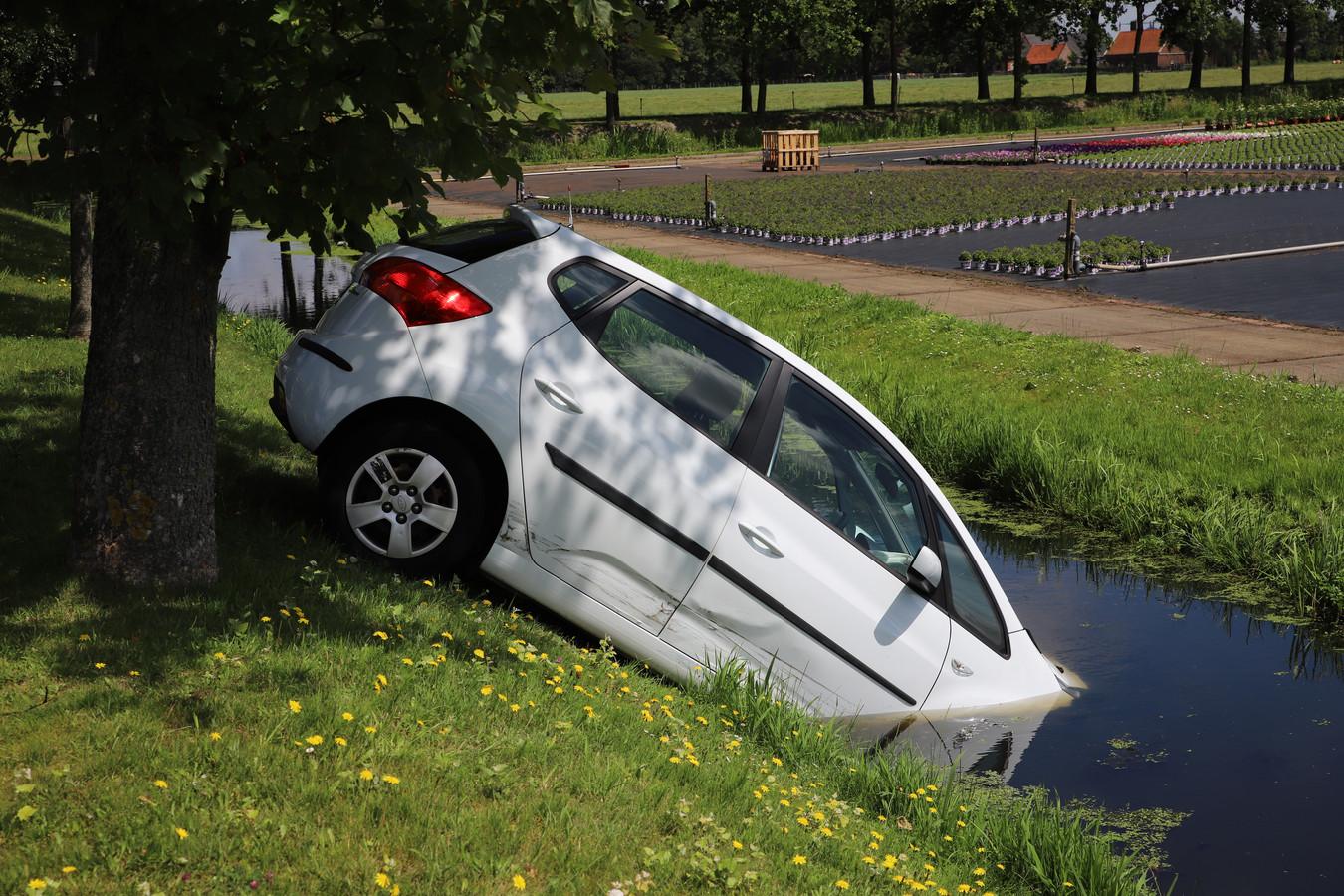 De auto die in de sloot belandde.