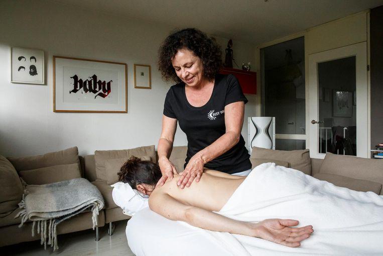 Jolanda Scholten bij een klant thuis Beeld Carly Wollaert